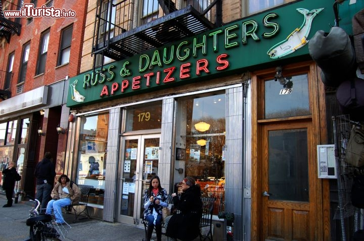 Immagine Russ & Daughters il famoso locale si trova in East Houston Street a New York City - © Daniel M. Silva / Shutterstock.com