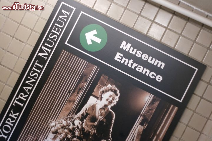 Immagine Entrata del New York Transit Museum: la sede del museo si trova in Boerum Place, all'incrocio con Schermerhorn Street, in un antico edificio nel quartiere newyorchese di Brooklyn - Foto © Marcin Wichary / Wikipedia